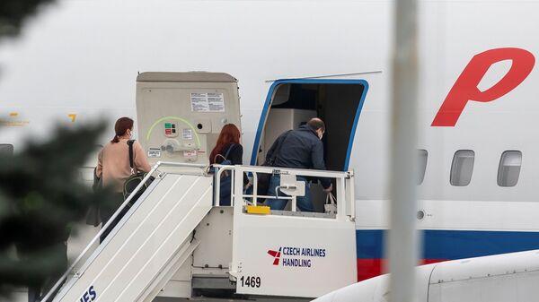 Российские дипломаты заходят в самолет авиакомпании Россия в аэропорту Праги - Sputnik Латвия