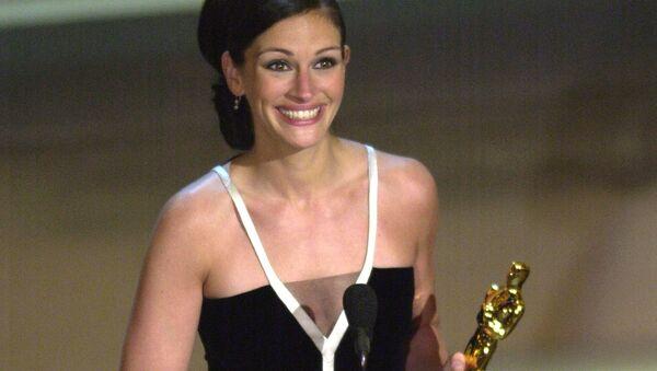 Актриса Джулия Робертс в платье Valentino получает премию Оскар за главную роль в фильме Эрин Брокович, 2001 год - Sputnik Латвия