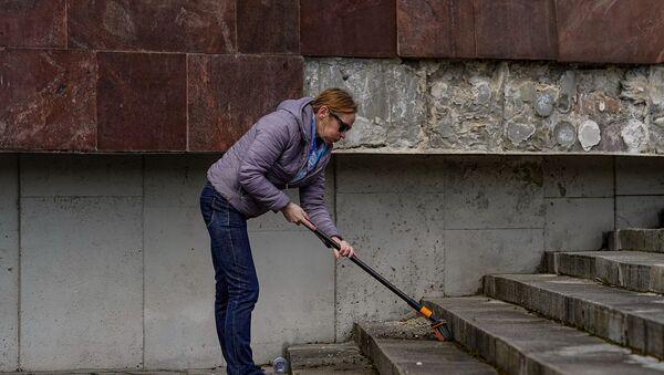 Субботник у памятника Освободителям Риги - Sputnik Latvija