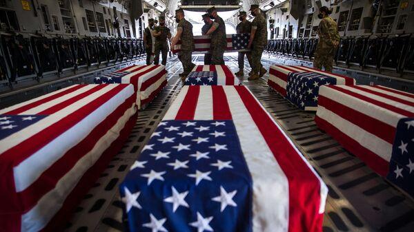 Гробы погибших американских военнослужащих в самолете C-17 Globemaster III ВВС США на авиабазе морской пехоты Мирамар - Sputnik Latvija