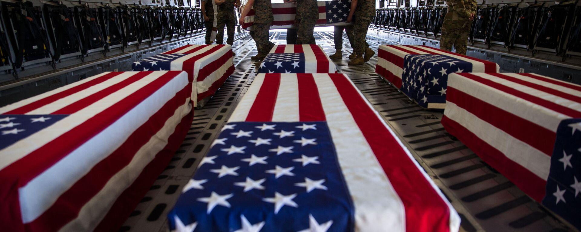 Гробы погибших американских военнослужащих в самолете C-17 Globemaster III ВВС США на авиабазе морской пехоты Мирамар - Sputnik Latvija, 1920, 27.04.2021