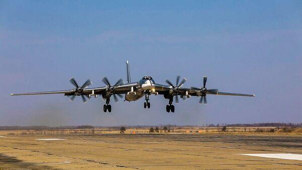 Krievijas Aizsardzības ministrija parādīja Krievu lāču lidojumu - Sputnik Latvija