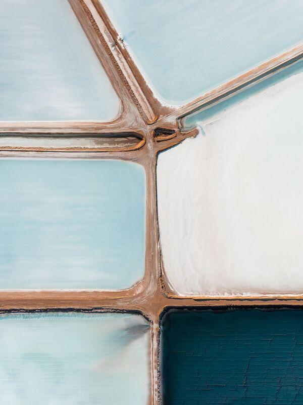 Jūras sāls tiek plaši izmantota ikdienā. Jūras ūdens nonāk dīķos, kur izgaro. Tā krāsa ir atkarīga no baktērijām, kas maina nokrāsu, augot sāls koncentrācijai. Kad dīķi izžūst, var savākt aptuveni 25 cm biezo sāls slāni - Sputnik Latvija