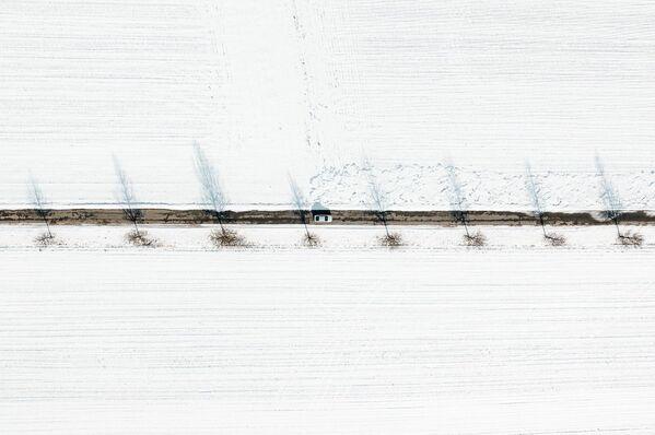 Autoceļš starp sniegotiem laukiem - Sputnik Latvija