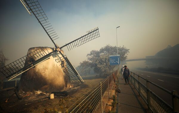 Nodegušas senlaicīgās Mosterta dzirnavas Keiptaunā. Tās celtas 1796. gadā un bija vecākās un vienīgās pilnībā saglabājušās vējdzirnavas Dienvidāfrikā - Sputnik Latvija