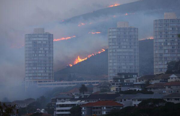 Keiptaunas piepilsētas tiek evakuētas lielā ugunsgrēka dēļ - Sputnik Latvija