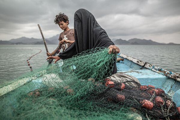 Kategorijā Mūsdienu problēmas uzvara tikusi fotogrāfam Pablo Tosko no Argentīnas ar darbu Bads, vēl viena kara rēta no Jemenas - Sputnik Latvija