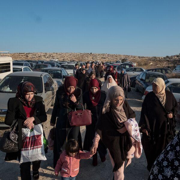 Uzņēmums no itāļu fotogrāfa Antonio Fačilongo sērijas Habibi, kas ieņēma 1. vietu kategorijā Ilgtermiņa projekti. Tajā – palestīniešu ieslodzīto sievas, mātes un bērni pie caurlaides punkta Beitseirā. Daudzas spiestas pavadīt ceļā ilgas stundas, lai kaut uz 45 minūtēm tiktos ar tuvu cilvēku Izraēlas cietumā - Sputnik Latvija