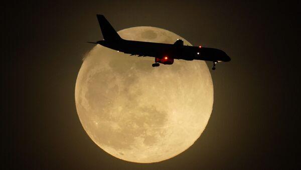 Lidmašīna Mēness fonā Luisvilā, ASV - Sputnik Latvija