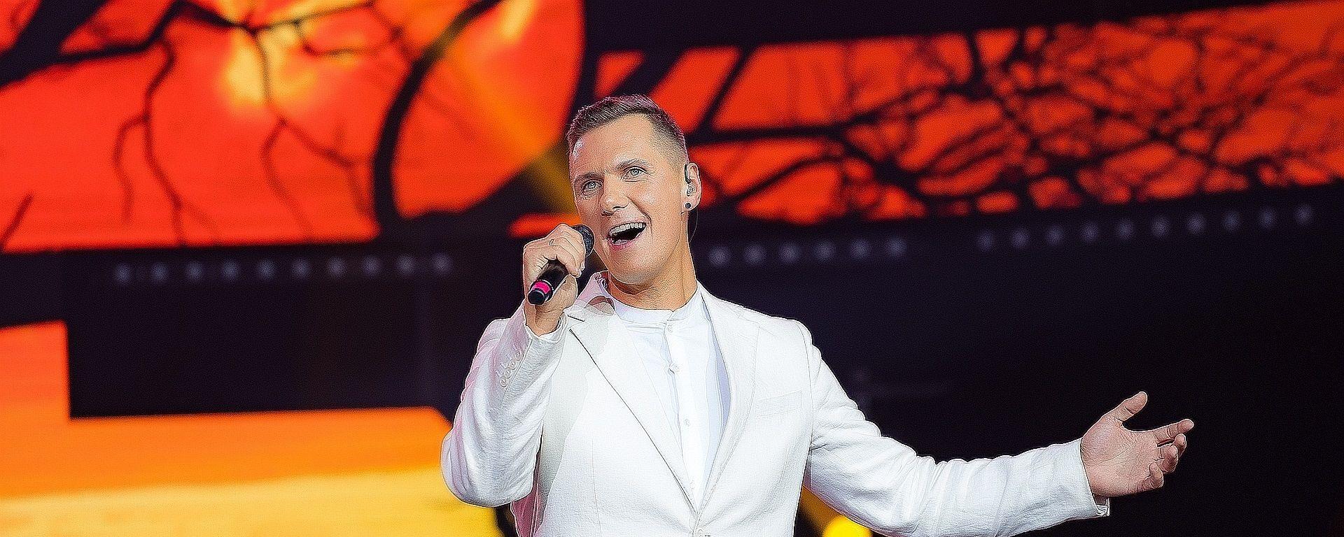 Певец Янис Лемежис, представляющий Латвию на ежегодном международном музыкальном фестивале Дорога на Ялту - Sputnik Латвия, 1920, 13.06.2021