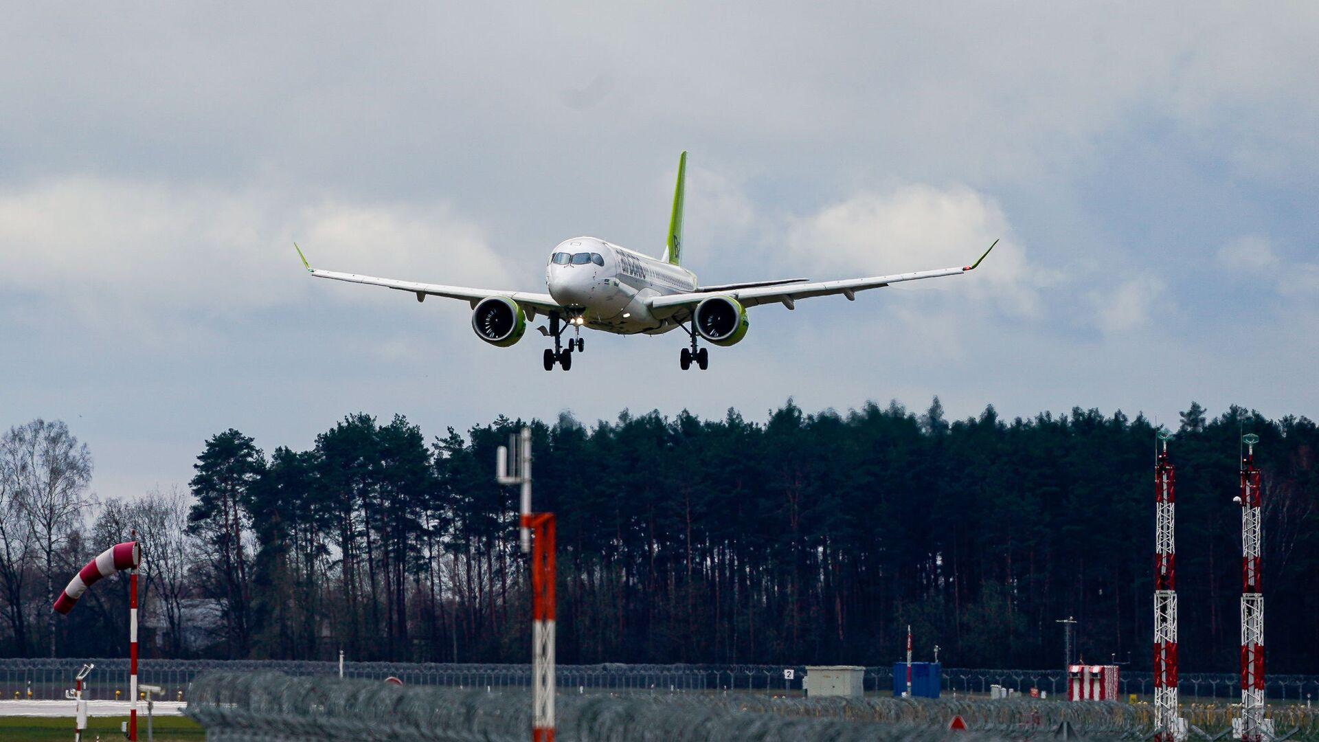 Самолет латвийской авиакомпании airBaltic заходит на посадку в аэропорт Рига - Sputnik Латвия, 1920, 03.07.2021