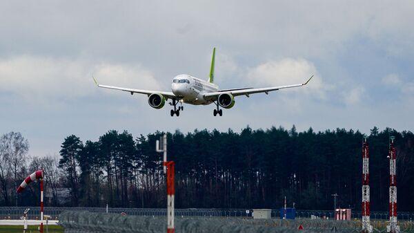 Самолет латвийской авиакомпании airBaltic заходит на посадку в аэропорт Рига - Sputnik Латвия