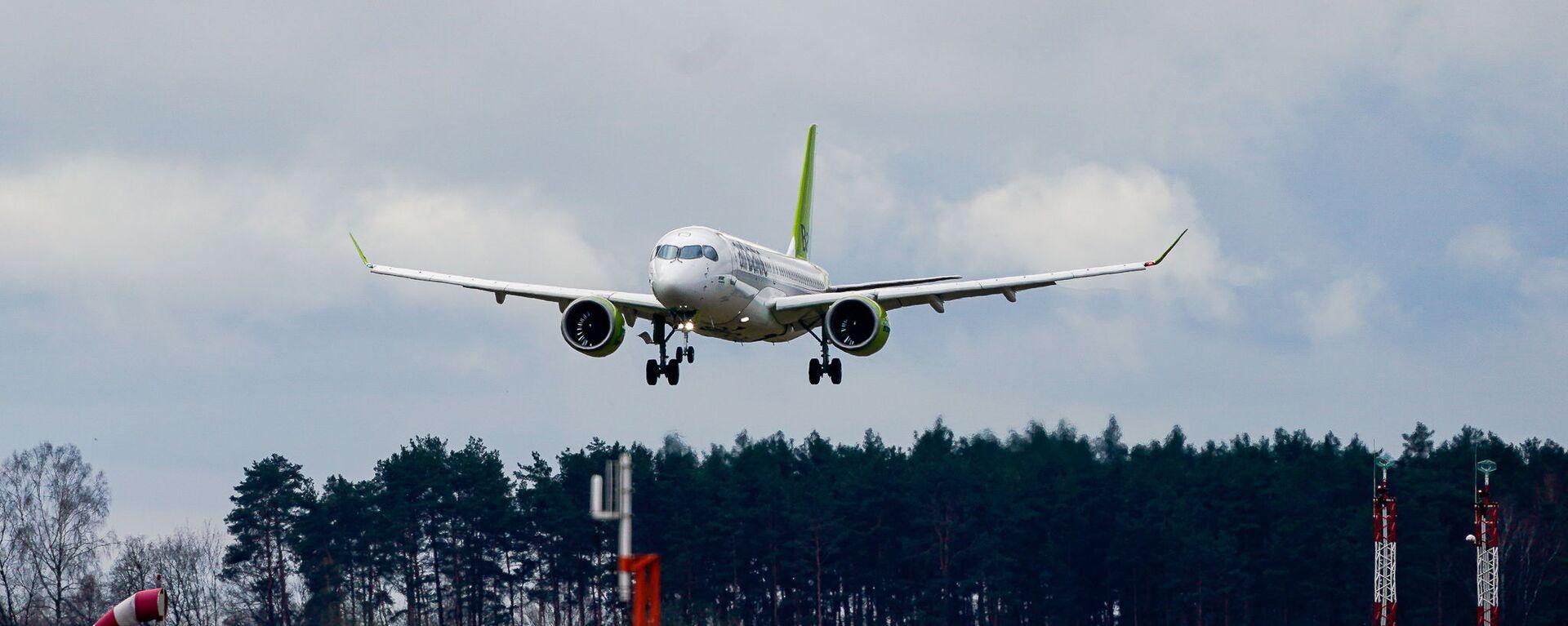 Самолет латвийской авиакомпании airBaltic заходит на посадку в аэропорт Рига - Sputnik Латвия, 1920, 27.05.2021