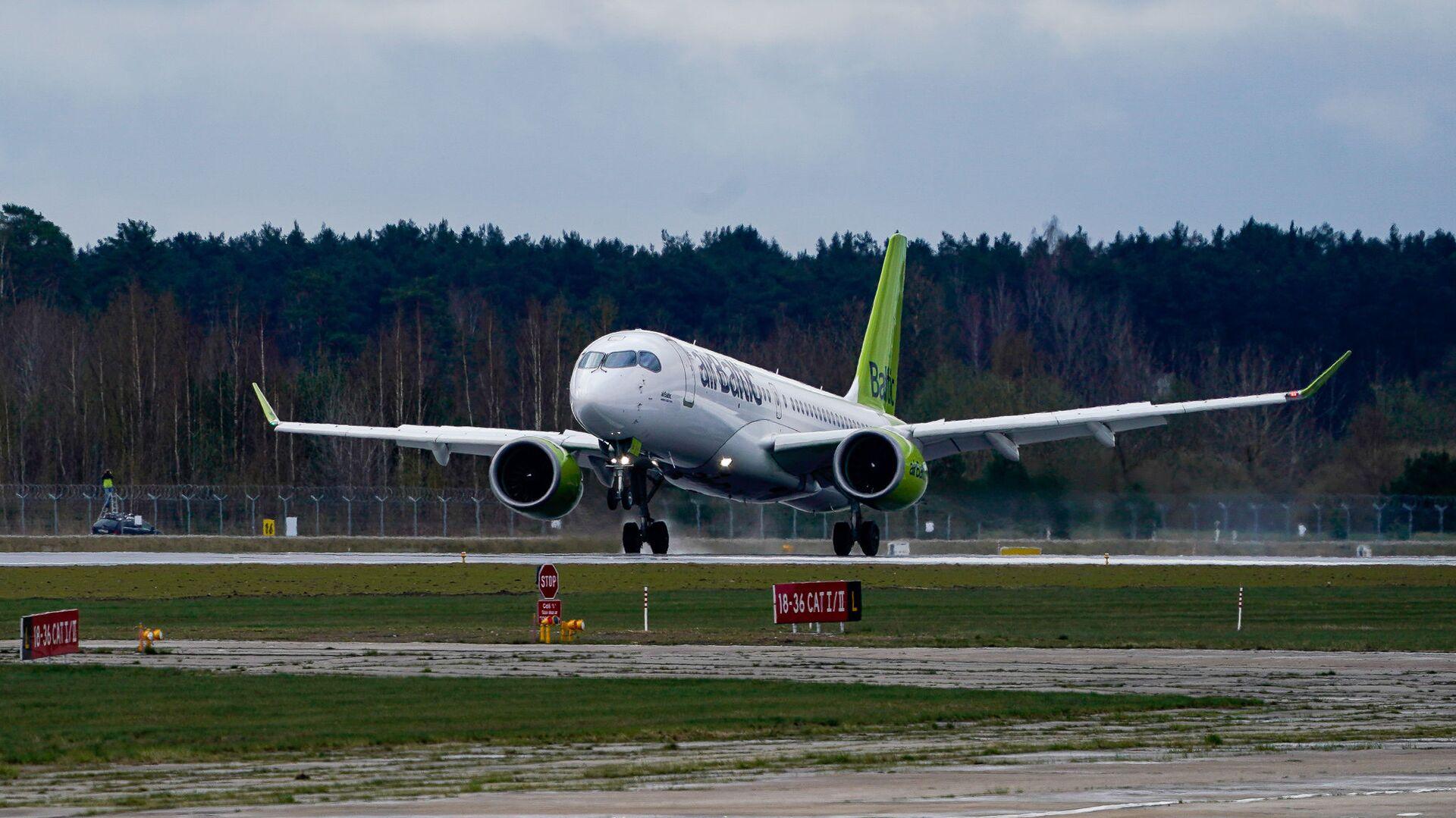 Самолет латвийской авиакомпании airBaltic заходит на посадку в аэропорт Рига - Sputnik Латвия, 1920, 05.08.2021