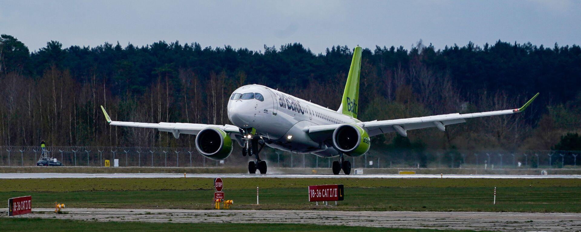 Самолет латвийской авиакомпании airBaltic заходит на посадку в аэропорт Рига - Sputnik Латвия, 1920, 20.08.2021