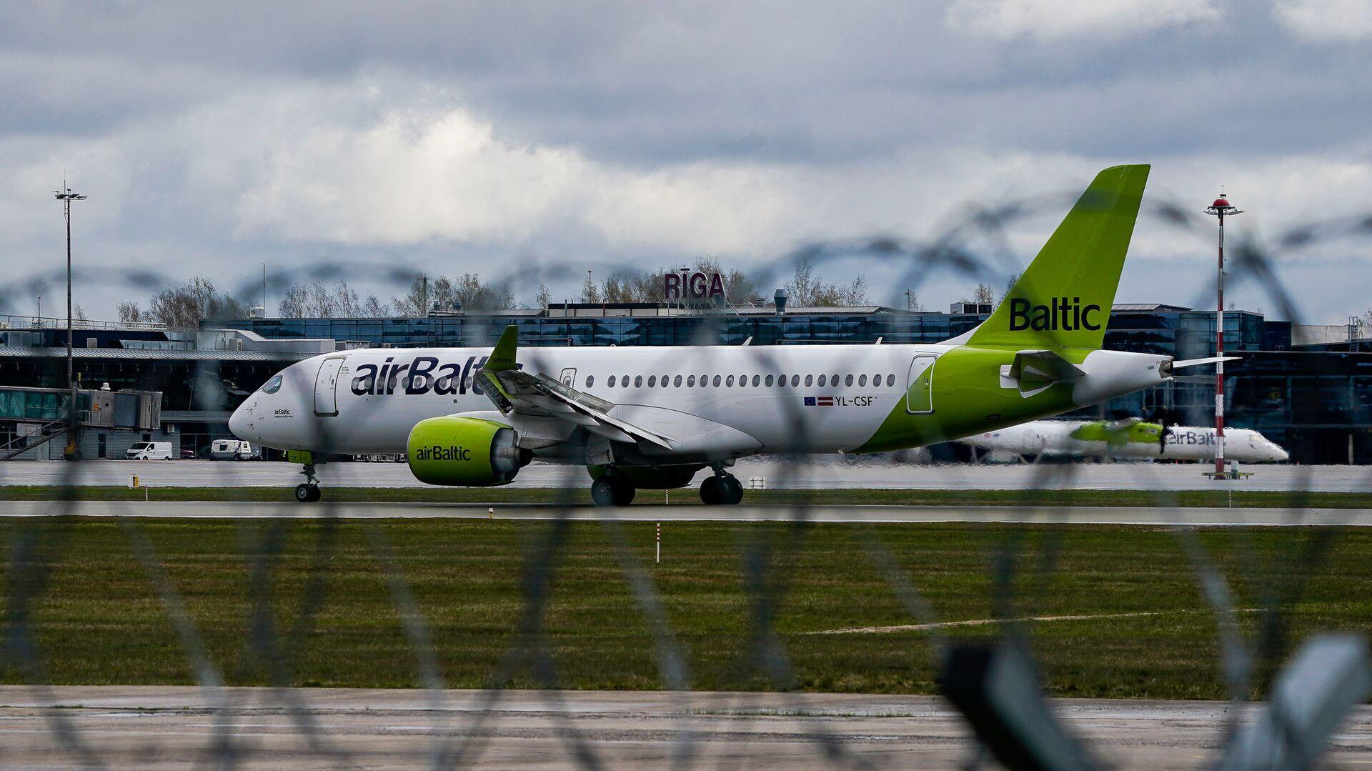 Самолет латвийской авиакомпании airBaltic заходит на посадку в аэропорт Рига - Sputnik Латвия, 1920, 01.06.2021