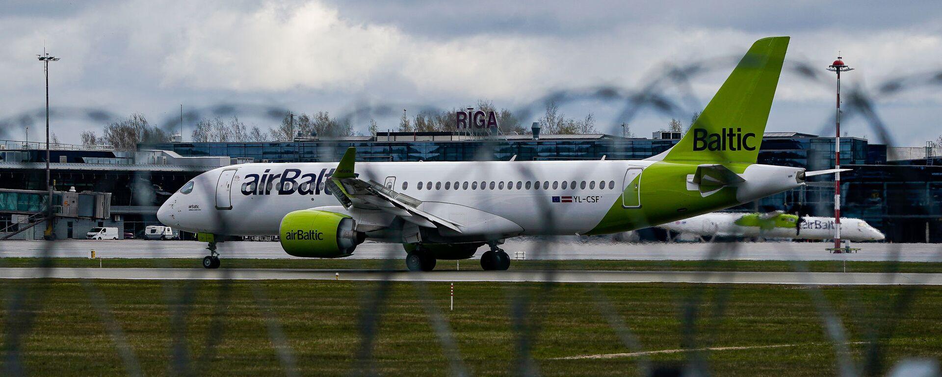Самолет латвийской авиакомпании airBaltic заходит на посадку в аэропорт Рига - Sputnik Латвия, 1920, 27.08.2021