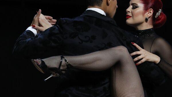 Танцоры во время исполнения танго в Буэнос-Айресе  - Sputnik Латвия