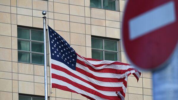 Государственный флаг США у американского посольства в Москве - Sputnik Латвия