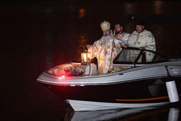 Архиепископ Румынии Teodosie Tomitanul во время пасхальной церемонии  - Sputnik Латвия