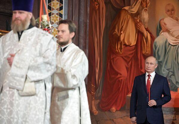 Президент РФ Владимир Путин на праздничном пасхальном богослужении в кафедральном соборном храме Христа Спасителя - Sputnik Латвия