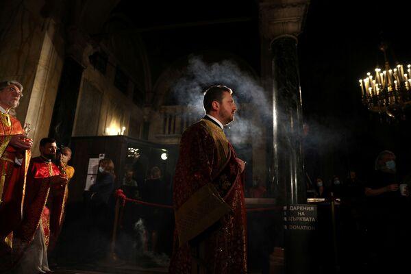 Крестный ход во время пасхального богослужения в Болгарии  - Sputnik Латвия