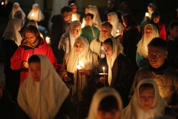 Крестный ход во время пасхального богослужения в Москве  - Sputnik Латвия