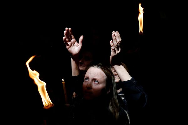 Схождение благодатного огня в Иерусалиме  - Sputnik Латвия