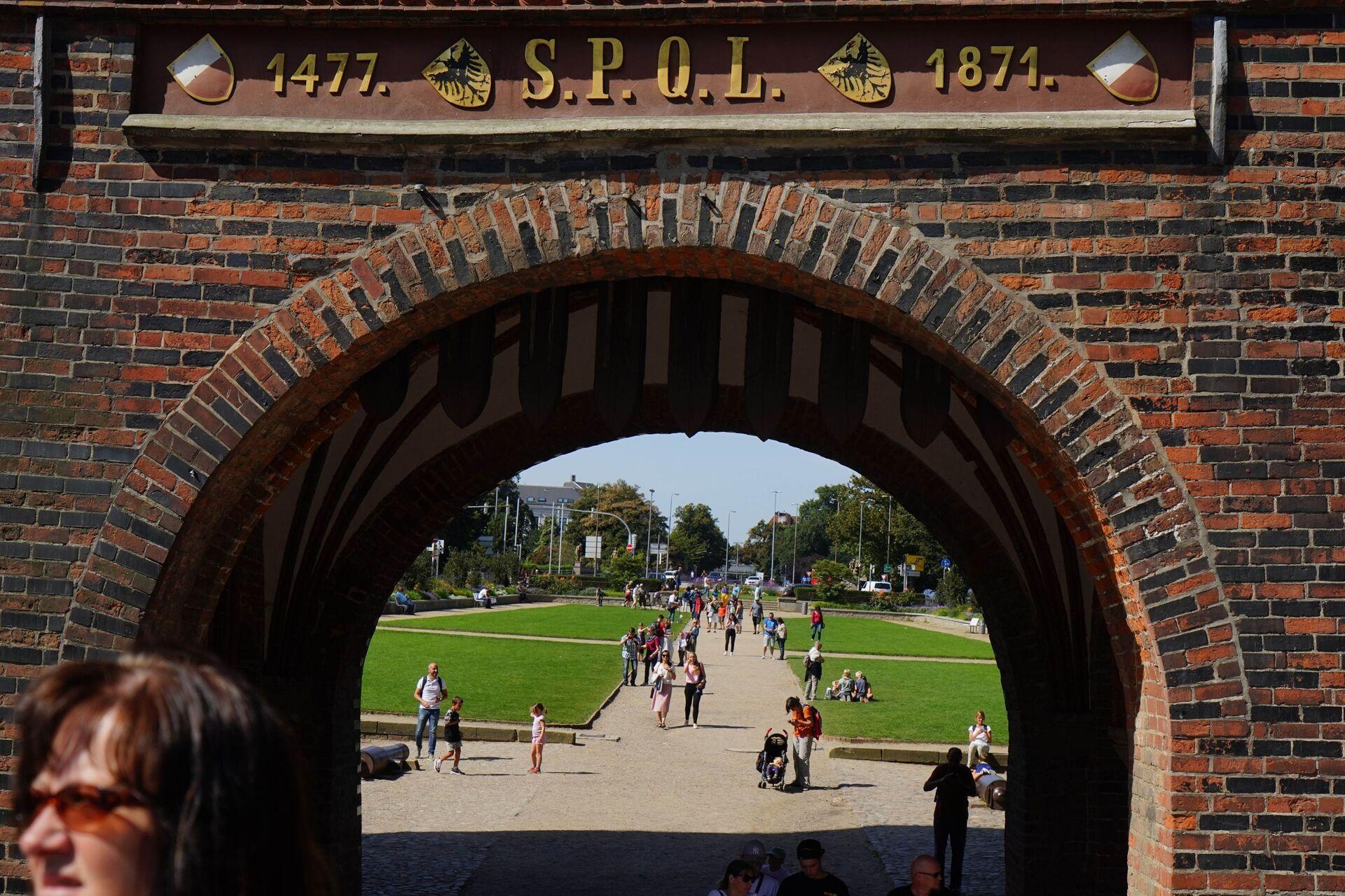 Хольстентор - средневековые городские ворота города Любека, построенные в XV веке - Sputnik Латвия, 1920, 01.06.2021