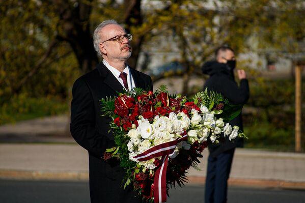 Latvijas prezidents Egils Levits gatavojas nolikt ziedus pie Brīvības pieminekļa Latvijas neatkarības atjaunošanas dienā - Sputnik Latvija