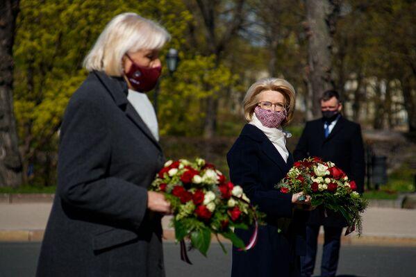Saeimas spīkere Ināra Mūrniece noliek ziedus pie Brīvības pieminekļa 4. maijā  - Sputnik Latvija