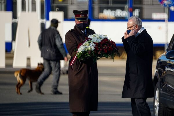 Latvijas prezidents Egils Levits pirms ziedu nolikšanas ceremonijas pie Brīvības pieminekļa 4. maijā - Sputnik Latvija