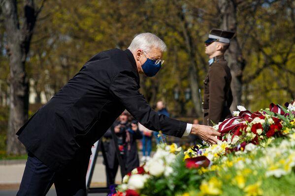 Premjerministrs Krišjānis Kariņš noliek ziedus pie Brīvības pieminekļa 4. maijā - Sputnik Latvija