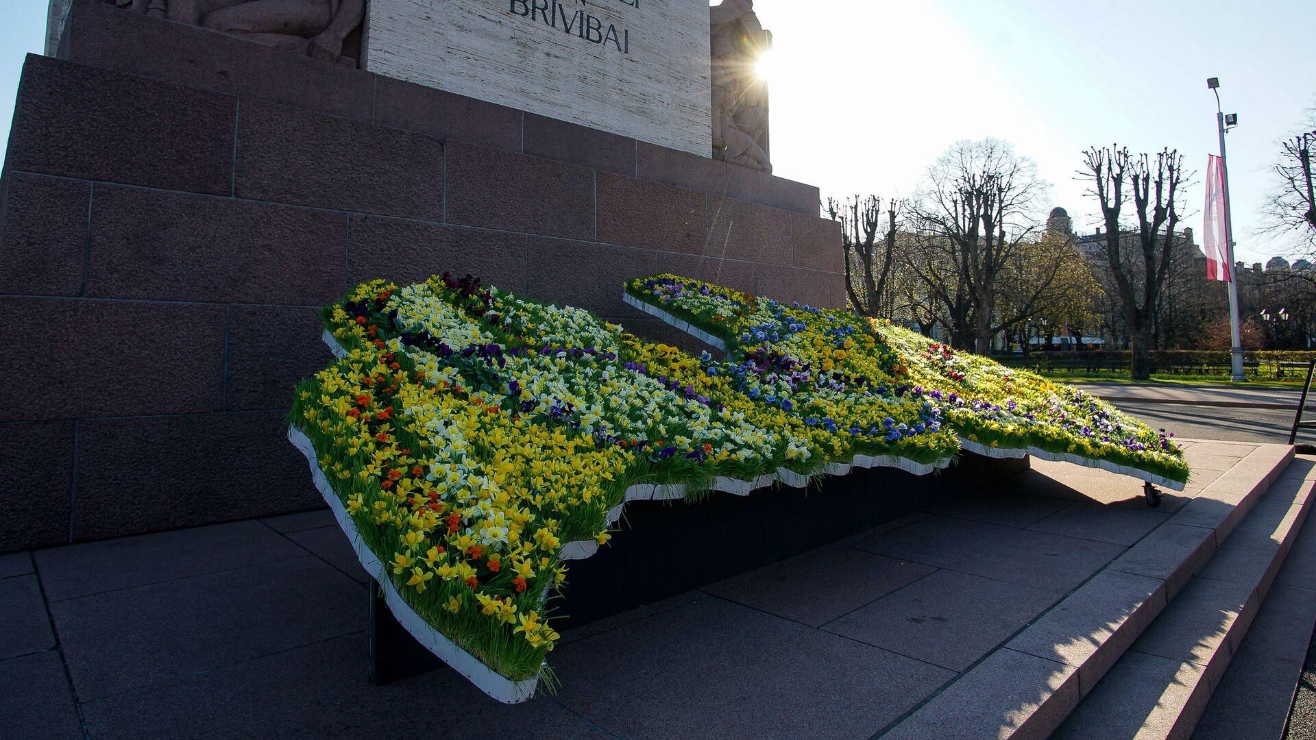 Карта Латвии из цветов у памятника Свободы в День восстановления независимости - Sputnik Латвия, 1920, 01.07.2021