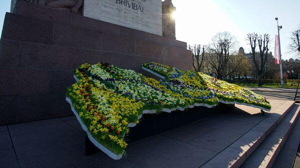 Карта Латвии из цветов у памятника Свободы в День восстановления независимости - Sputnik Латвия