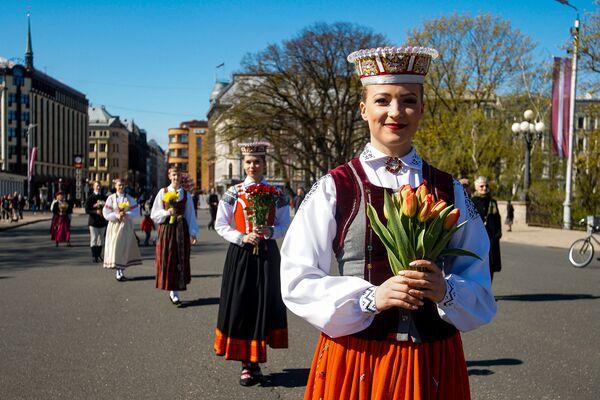 Meitenes tautastērpos pie Brīvības pieminekļa Latvijas neatkarības atjaunošanas dienā - Sputnik Latvija