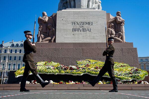 Goda sardze pie Brīvības pieminekļa Latvijas neatkarības atjaunošanas dienā - Sputnik Latvija