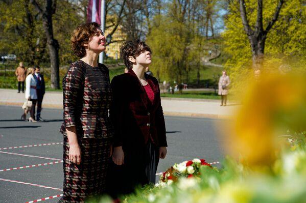 Bijusī finanšu ministre Dana Reizniece-Ozola pie Brīvības pieminekļa Latvijas neatkarības atjaunošanas dienā - Sputnik Latvija
