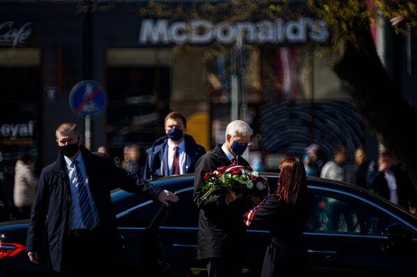 Premjerministrs Krišjānis Kariņš ieradies ar ziediem pie Brīvības pieminekļa   - Sputnik Latvija