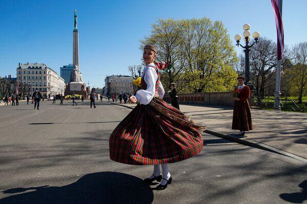 Meitene tautastērpā pie Brīvības pieminekļa Latvijas neatkarības atjaunošanas dienā - Sputnik Latvija