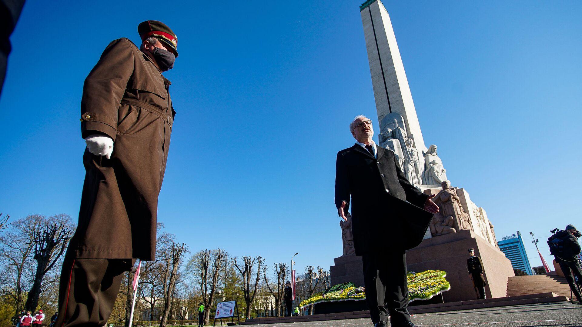Солдат почетного караула и президент Латвии Эгилс Левитс у памятника Свободы - Sputnik Латвия, 1920, 18.06.2021