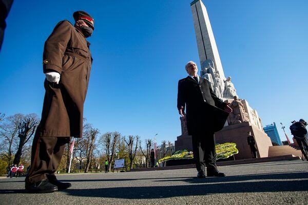 Goda sardzes karavīrs un Latvijas prezidents Egils Levits pie Brīvības pieminekļa Latvijas neatkarības atjaunošanas dienā - Sputnik Latvija