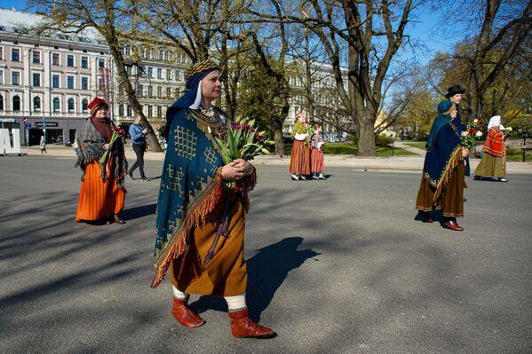 Sievietes un vīrieši tautastērpos Latvijas neatkarības atjaunošanas dienā - Sputnik Latvija
