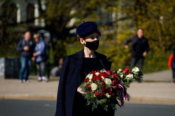 Saeimas deputāte Marija Golubeva ar ziediem Latvijas neatkarības atjaunošanas dienā - Sputnik Latvija
