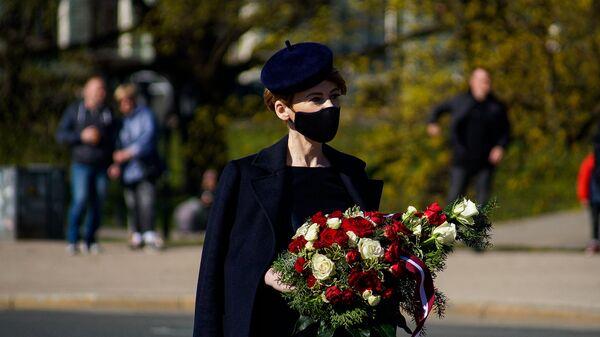 Мария Голубева с цветами  - Sputnik Латвия