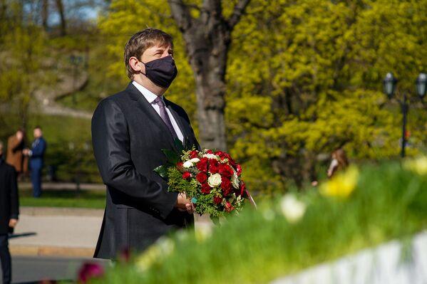 Saeimas vicespīkers Andrejs Klementjevs ar ziediem Latvijas neatkarības atjaunošanas dienā - Sputnik Latvija
