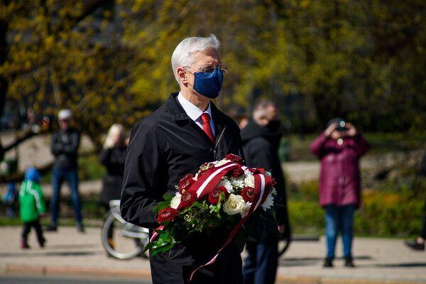 Premjerministrs Krišjānis Kariņš ziedu nolikšanas ceremonijas laikā pie Brīvības pieminekļa 4. maijā - Sputnik Latvija