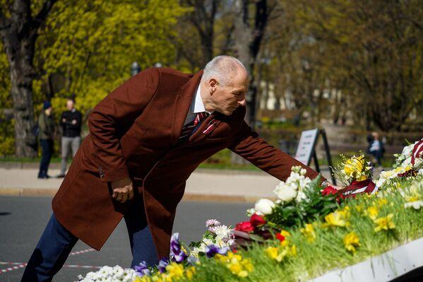Saeimas deputāts Ivans Klementjevs ziedu nolikšanas ceremonijas laikā Latvijas neatkarības atjaunošanas dienā - Sputnik Latvija