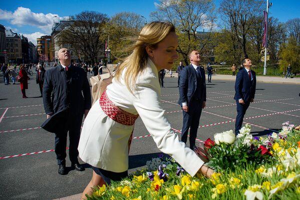 Zaļo un zemnieku parlamentārās frakcijas pārstāvji pie Brīvības pieminekļa Latvijas neatkarības atjaunošanas dienā - Sputnik Latvija