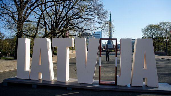 Арт-объект Латвия у памятника Свободы - Sputnik Latvija